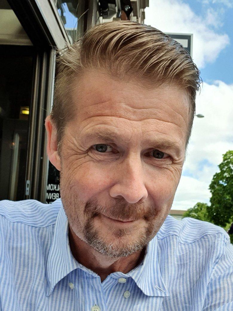 Selfie of Erik Lundström sitting outside at café