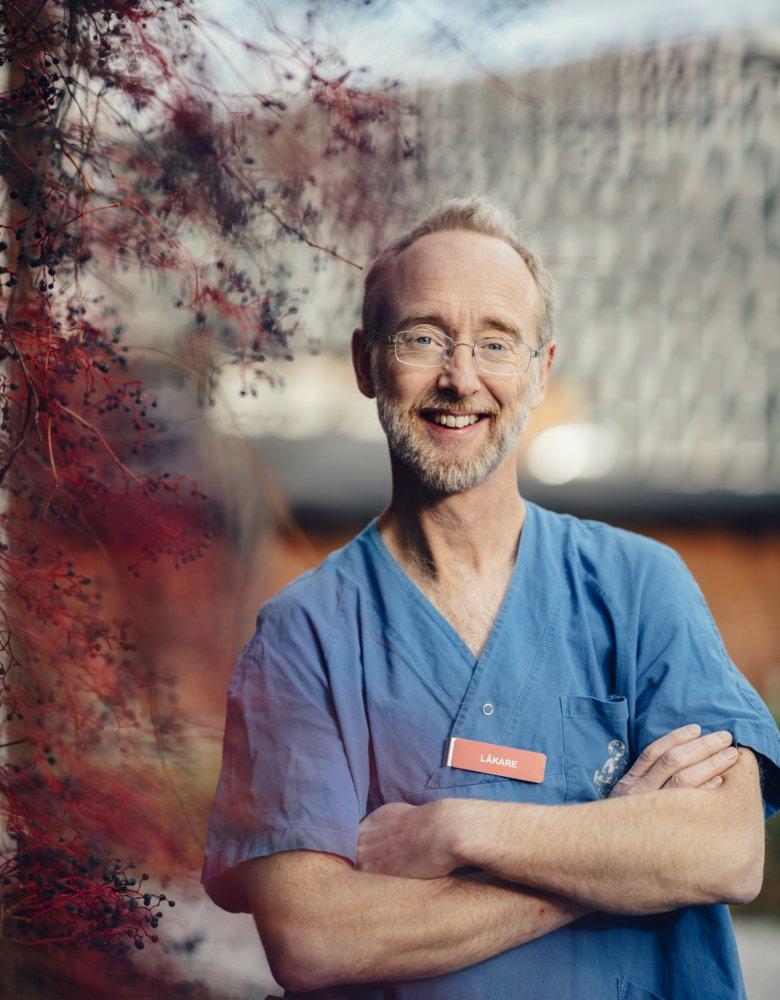 Portrait photo of Professor Jonas Ludvigsson in front of Aula Medica at Karolinska Institutet