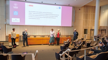Presidents from KTH and KI tying knots during inauguration ceremony of AIMES on 30 September 2020, in Biomedicum.