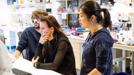 Marie Carlén using optogenetics, flanked by Nicolas Gustavo Guyon and Yang Xuan.