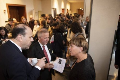 Photo of Michael Kremer and Ole Petter Ottersen in dialogue with students and event participants.